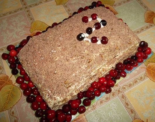 Торт на кефире со сметанным кремом и орехами