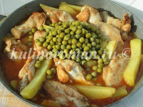 тушеная курица с зеленым горошком