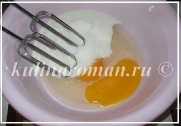 взбиваем яйца с сахаром на пряники