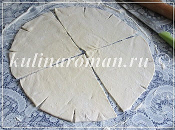 раскатываем тесто для рогаликов