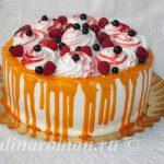торт с фруктами и глазурью