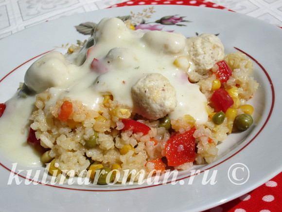 Рис с овощами и куриными шариками под соусом бешамель