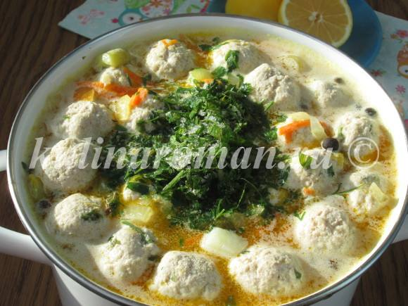 добавляем свежую зелень в суп
