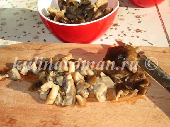 нарезаем маринованные грибы