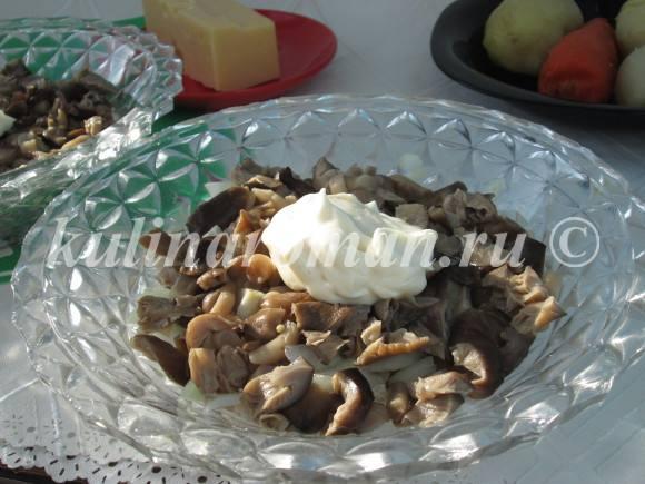 смазываем грибы майонезом