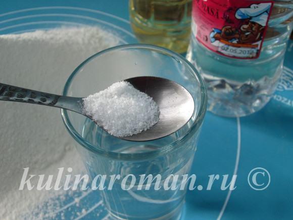 в теплой воде растворить соль