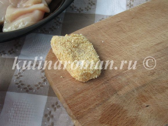 мясо в панировке выкладываем на доску