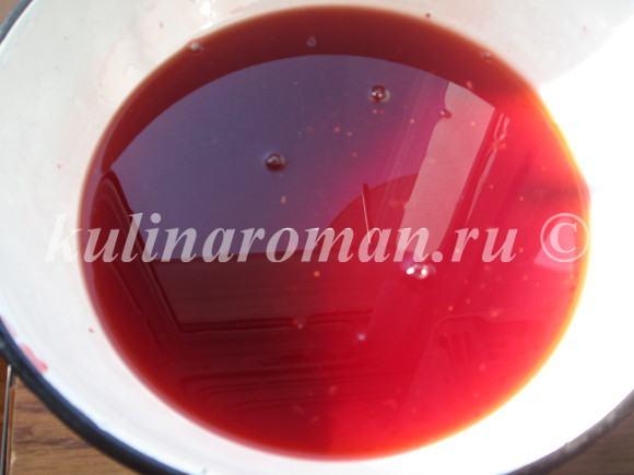 сливаем сок с клубники