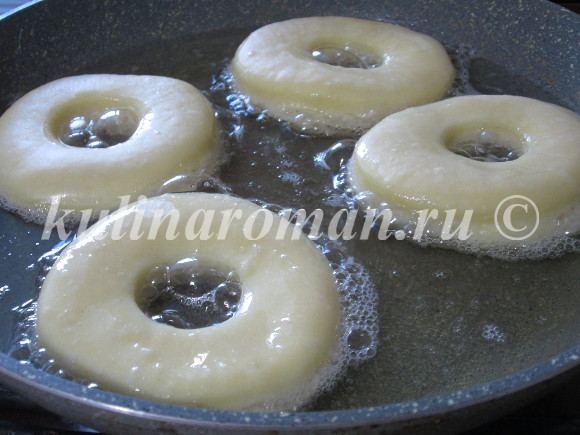 погружаем пончики в масло