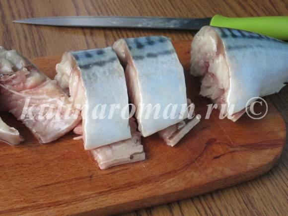 разрезаем тушку скумбрии