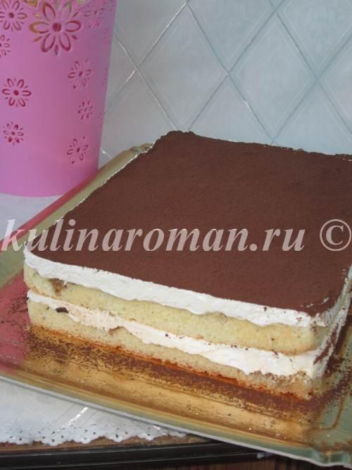 посыпаем торт какао порошком