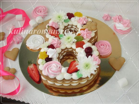 торт украшенный ягодам и конфетами