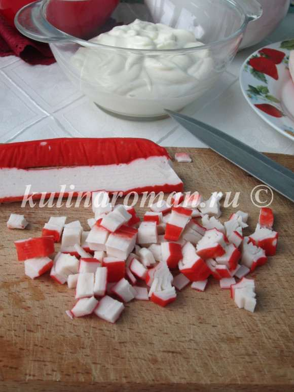 измельчаем крабовые палочки для салата
