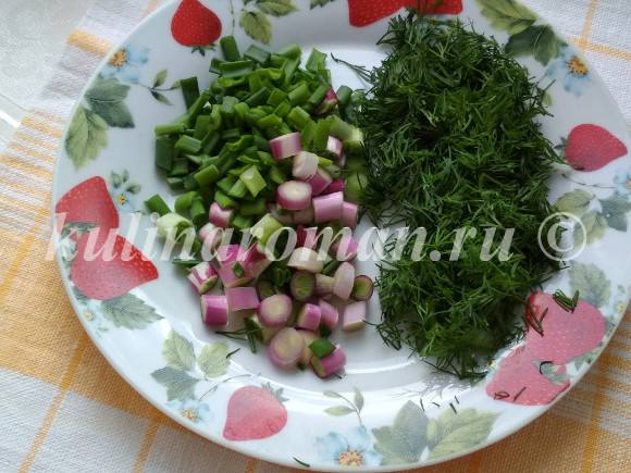 яичница на сковороде с зеленью
