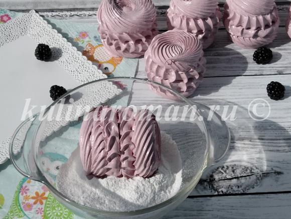 обвалять зефир в сахарной пудре