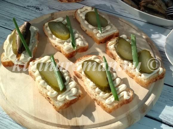 бутерброды с соленым огурцом