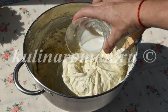 добавляем молоко и масло