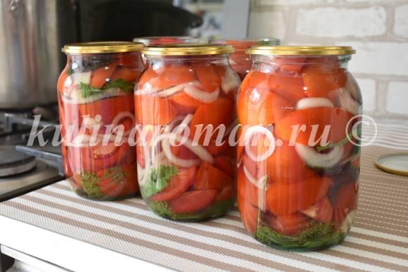 помидоры заливаем кипящим рассолом