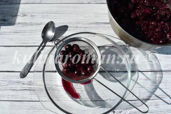протираем виноград через сито
