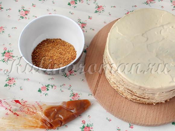 украшаем карамельный торт