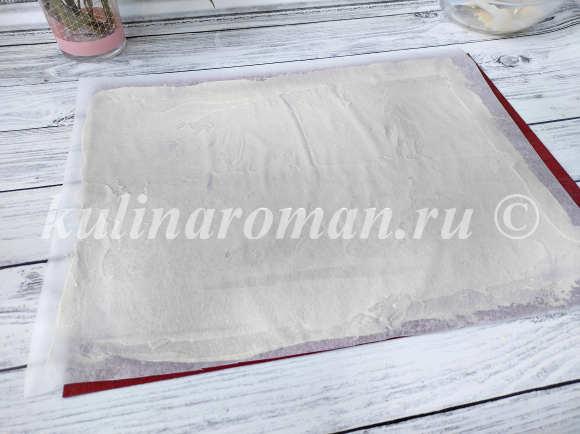 распределяем тесто по пергаменту