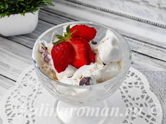 ванильное мороженое с шоколадом