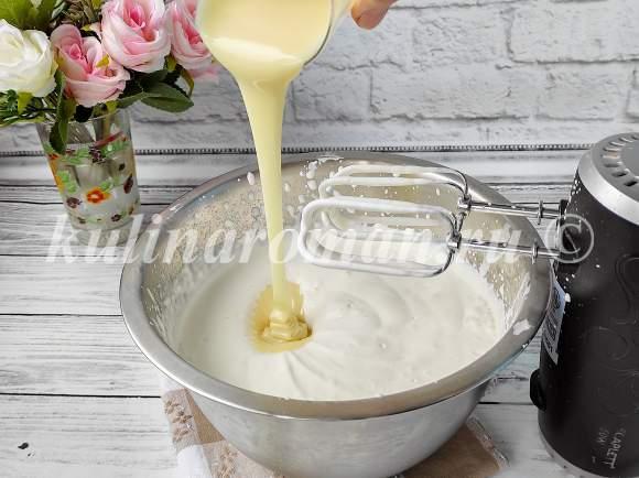 влить сгущенное молоко